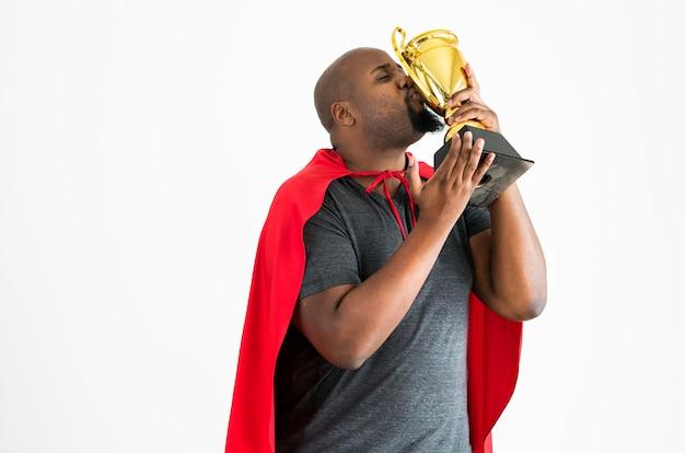 Mężczyzna całuje złotego trofeum wygranę i zwycięstwa pojęcie