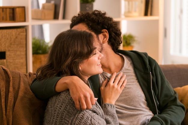 Mężczyzna całuje żonę w policzek