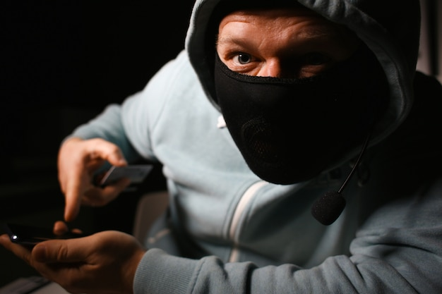 Mężczyzna carder w masce podłącz do darknet