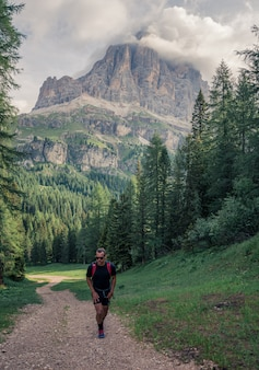 Mężczyzna chodzenie na polnej drodze