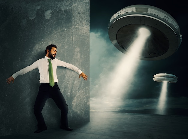 Mężczyzna chowa się przestraszony promem kosmicznym ufo