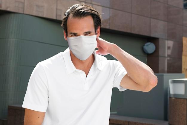 Mężczyzna chroniący przed covid-19 noszący maskę nowy normalny styl życia