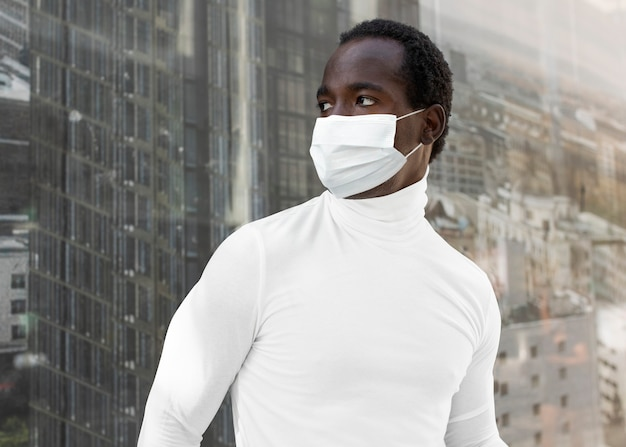 Mężczyzna chroniący przed covid-19 w masce w mieście