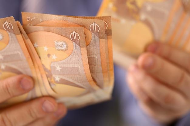 Mężczyzna chwyta wiązka pieniędzy savings finanse pojęcie