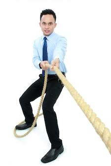 Mężczyzna ciągnie linę