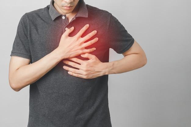 Mężczyzna cierpi na ból w klatce piersiowej z powodu chorób serca, chorób układu krążenia, zawału serca. pojęcie opieki zdrowotnej.