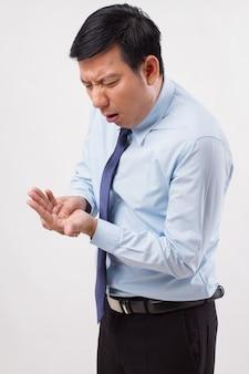Mężczyzna cierpiący na palec spustowy, zapalenie stawów, ból nadgarstka