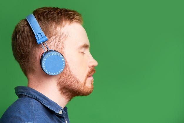 Mężczyzna cieszący się dobrą muzyką