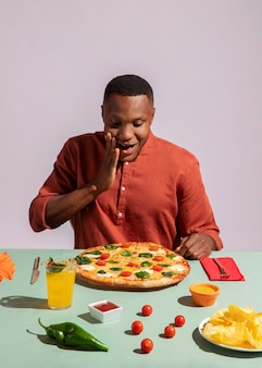 Mężczyzna cieszący się pysznym włoskim jedzeniem?