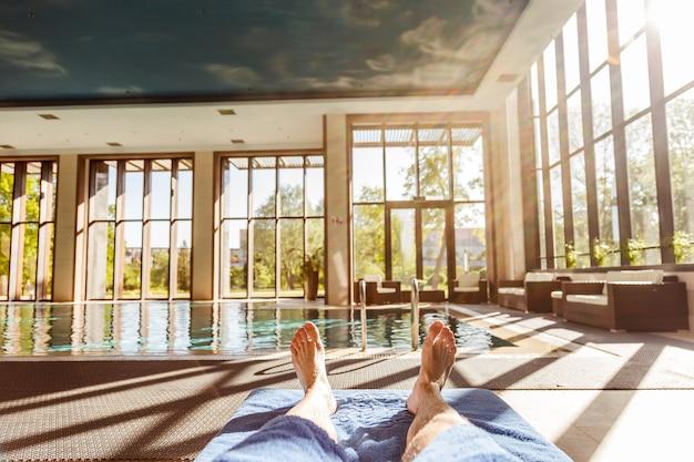 Mężczyzna cieszy się lato przy basenem.