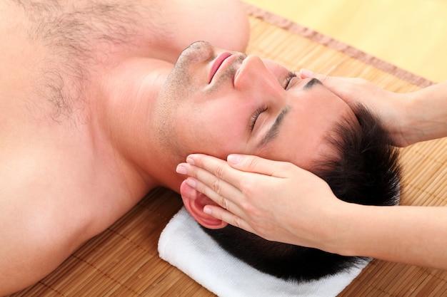 Mężczyzna cieszy się masaż twarzy