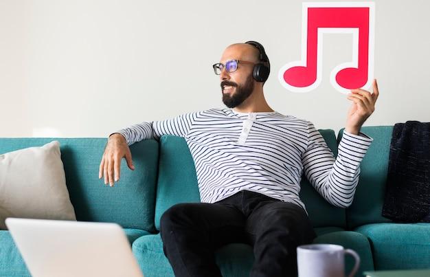 Mężczyzna cieszy się muzykę w domu
