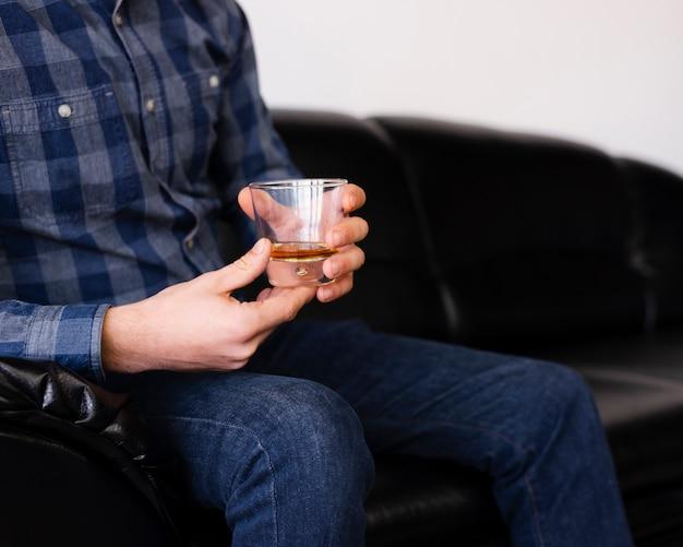 Mężczyzna cieszy się napój przy fryzjera męskiego sklepem