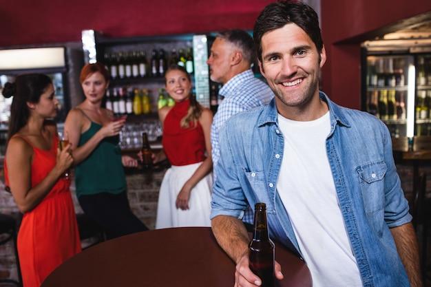Mężczyzna cieszy się piwo w nocnym klubie