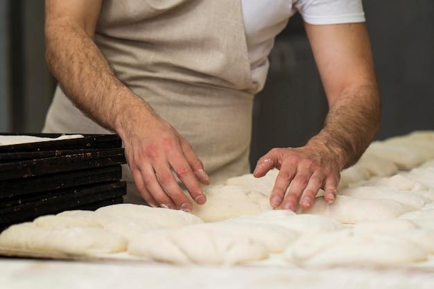 Mężczyzna ciężko pracuje w piekarni