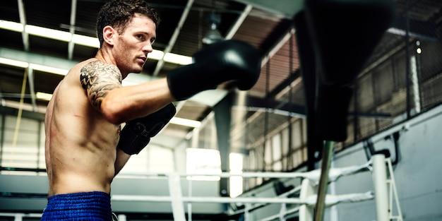 Mężczyzna ćwiczenie sportowy bokserski pojęcie
