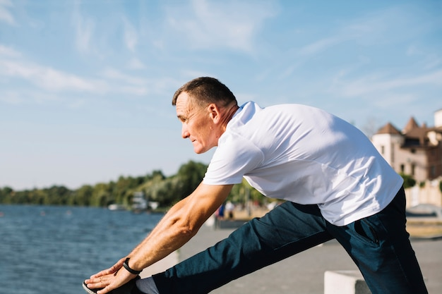Mężczyzna ćwiczy blisko jeziora
