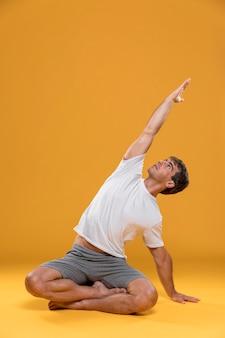 Mężczyzna ćwiczy joga pozę
