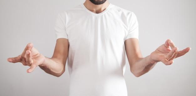 Mężczyzna ćwiczy jogę w medytacji w biurze