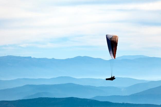 Mężczyzna ćwiczy paragliding ekstremalnego sport