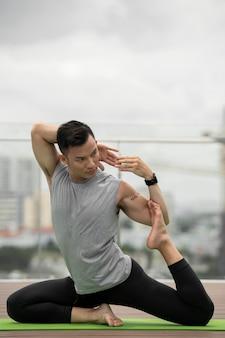 Mężczyzna ćwiczy pozycję jogi