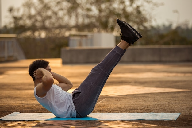 Mężczyzna ćwiczy przy parkiem