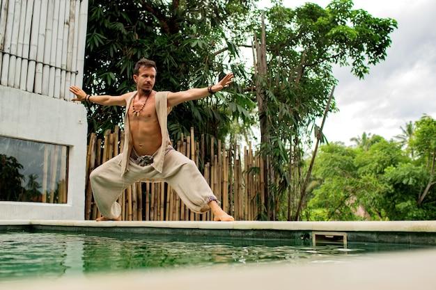 Mężczyzna ćwiczy qigong