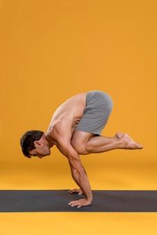 Mężczyzna ćwiczy równowagę joga pozę