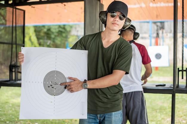 Mężczyzna ćwiczy strzelaninę