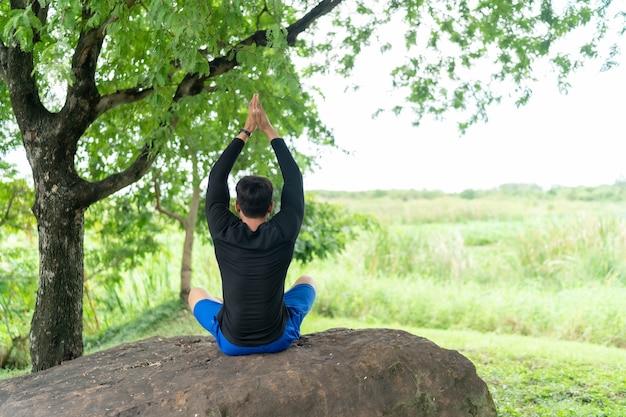 Mężczyzna ćwiczy w parku