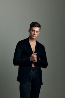 Mężczyzna czarna kurtka napompowana w prasie zaufanie mody i atrakcyjności