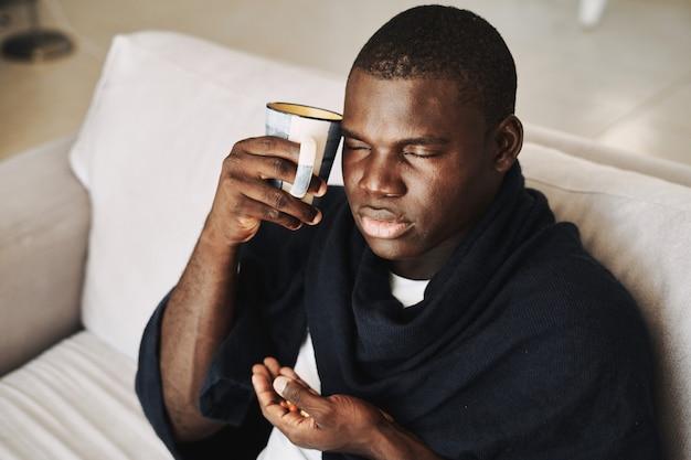 Mężczyzna czarny przeziębienie, grypa, wirus, choroby