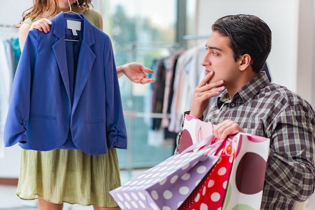 Mężczyzna czeka na żonę podczas świątecznych zakupów