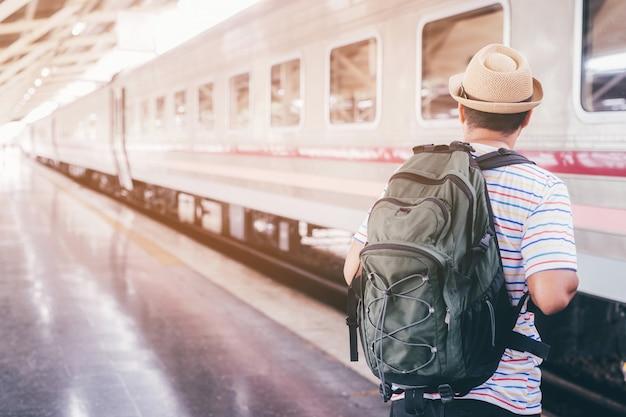 Mężczyzna czeka styl życia dworca kolejowego