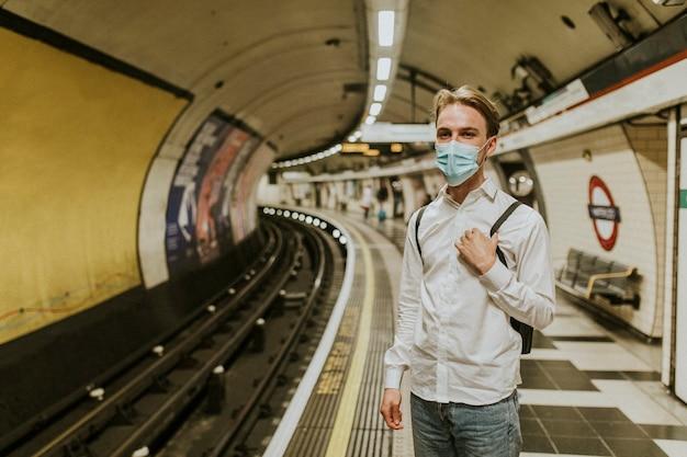 Mężczyzna czekający na pociąg na peronie