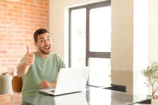 Mężczyzna czujący się dumny, beztroski, pewny siebie i szczęśliwy, uśmiechający się pozytywnie z kciukami do góry