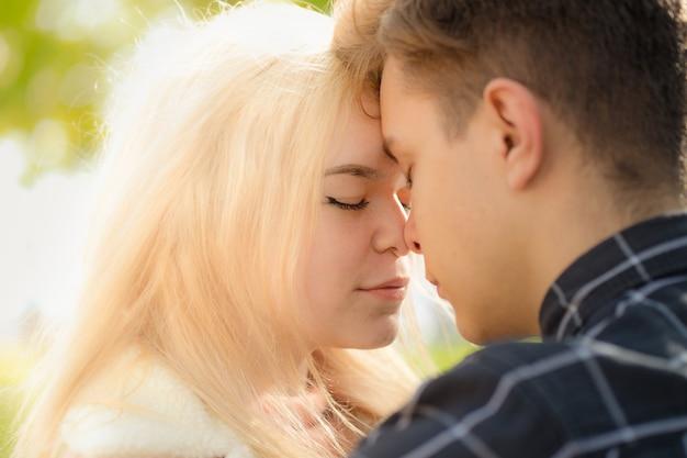 Mężczyzna czule nazywa spojrzenia na kobietę, faceta i dziewczynę są warte bliskości, dotykając końcówek nosa