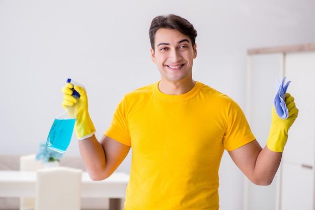 Mężczyzna czyści dom pomaga jego żonie