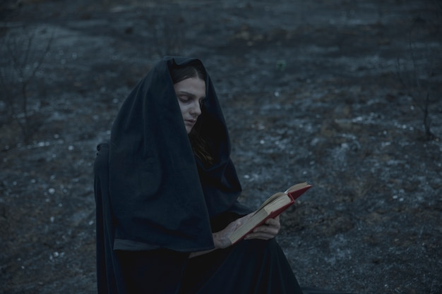 Mężczyzna czyta czary książkę outside