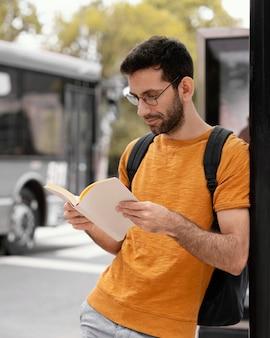 Mężczyzna czyta książkę sam