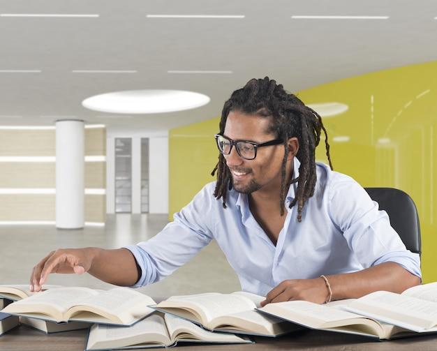 Mężczyzna czyta książki na biurku i uśmiecha się
