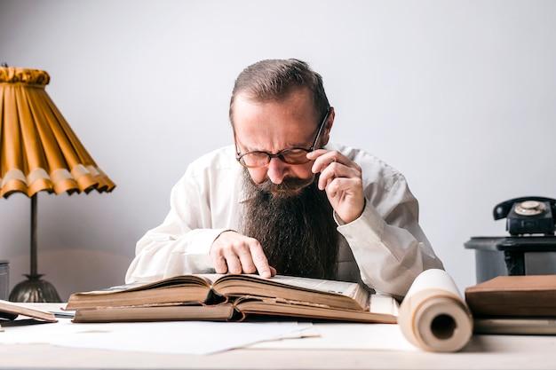 Mężczyzna czyta starą książkę