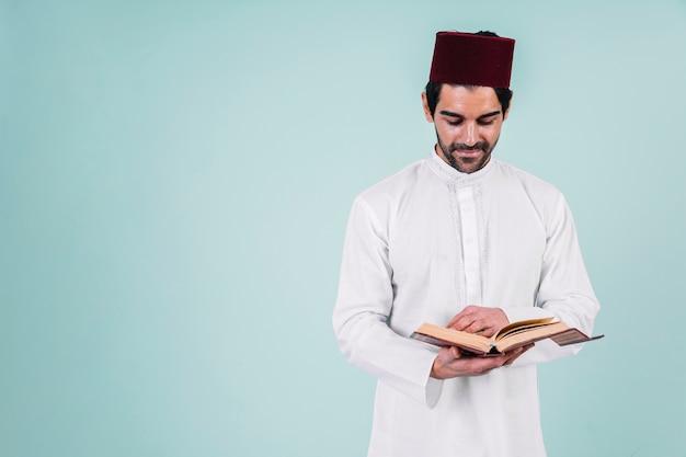 Mężczyzna czyta w koranie