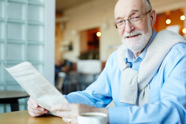 Mężczyzna czyta wiadomości