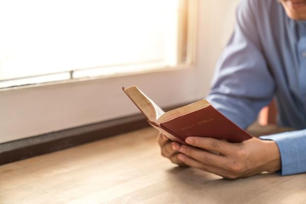 Mężczyzna czytanie od świętej biblii, zamyka up