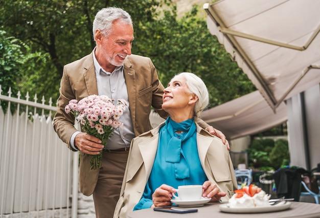 Mężczyzna daje kwiaty żonie