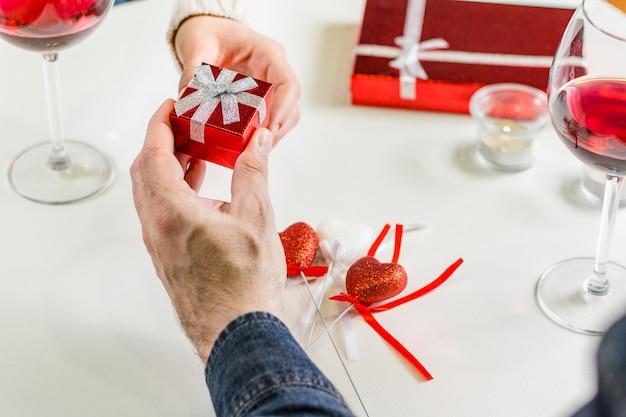 Mężczyzna daje małemu prezentowi podczas obiadu