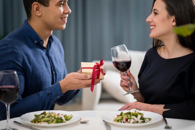 Mężczyzna daje prezent swojej dziewczynie