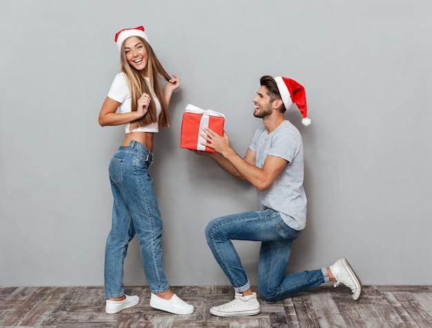 Mężczyzna daje swojej dziewczynie prezent na boże narodzenie