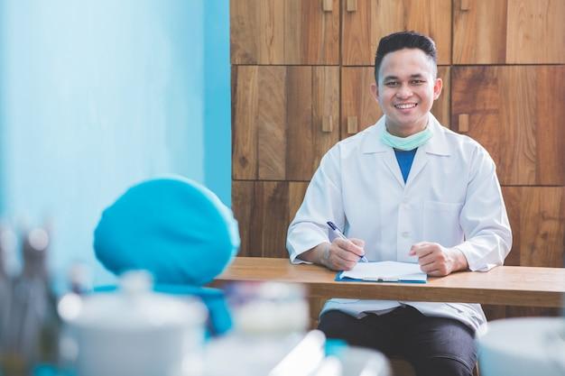 Mężczyzna dentysta lub lekarz w klinice